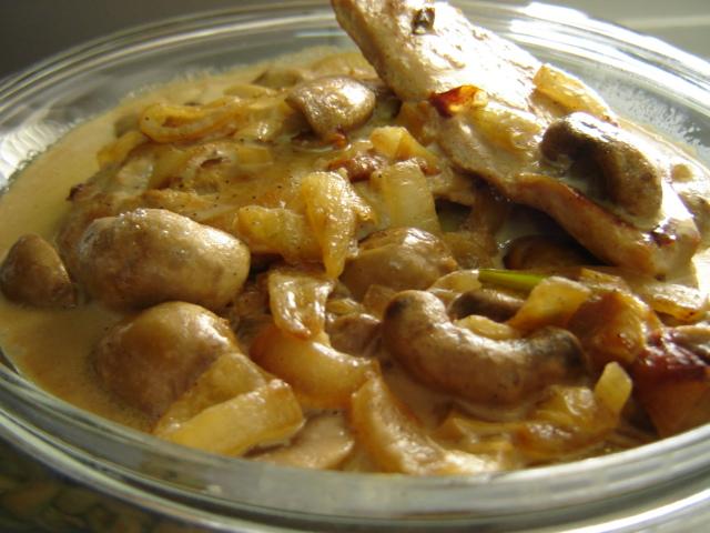 חזה עוף ופטריות אפוי בשמנת פרווה