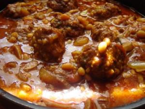 כדורי בשר עם נודלס ברוטב שעועית ופטריות