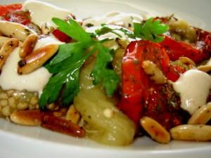 חצילים עגבניות וטחינה בנגיעת צנובר קלוי