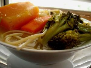מרק ברוקולי ירקות ואטריות