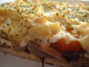 """מאפה פטריות ובטטה בין שכבות של """"פירה"""" תפוחי אדמה"""