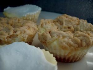 עוגות גבינה אישיות עם בצק ופירורים-אפוי