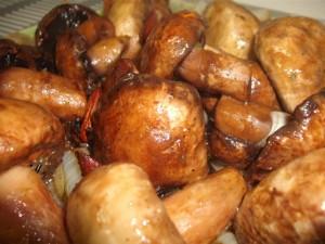 פטריות בתנור על מצע בצל