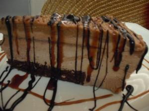 עוגת מוס קשיו שוקולד וקרם קרמל