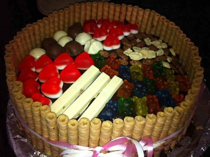 יום הולדת - עוגת שוקולד מלאה בקרם וממתקים ליום הולדת