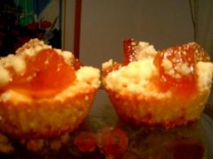 עוגות אישיות עם פרי בפירורים נימוחים