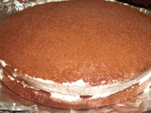 dscf7888 300x225 - עוגת שוקולד מלאה בקרם וממתקים ליום הולדת