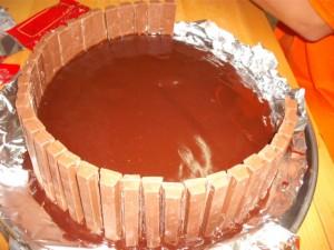 dscf7899 300x225 - עוגת שוקולד מלאה בקרם וממתקים ליום הולדת