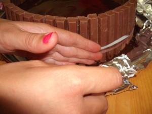 dscf7907 300x225 - עוגת שוקולד מלאה בקרם וממתקים ליום הולדת