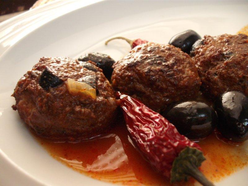 זיתים רוטב - קציצות עם ירקות ברוטב זיתים אדום