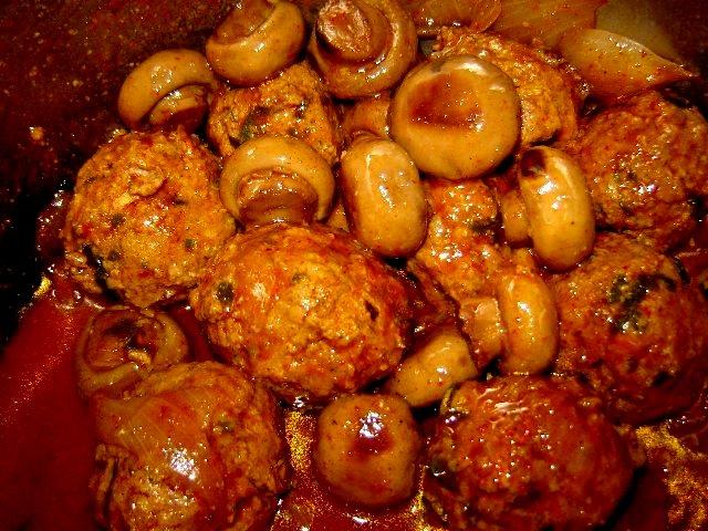 דבש חרדל פטריות - כדורי בשר בכורכום עם תפוחי אדמה ופטריות