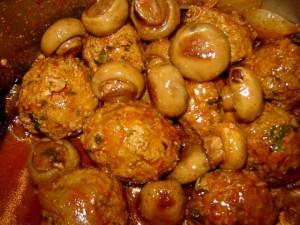 כדורי בשר בכורכום עם תפוחי אדמה ופטריות