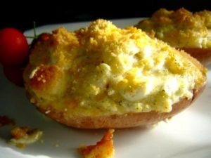 אדמה ממולא גבינות שמנת חמוצה פירורי לחם 800x600 300x225 - תפוחי אדמה ממולאים